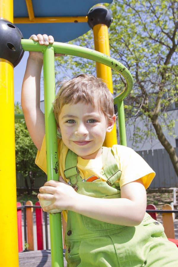 男孩 逗人喜爱的男孩孩子画象室外在晴天 画象愉快白肤金发儿童微笑 看与handso的男孩照相机 库存图片