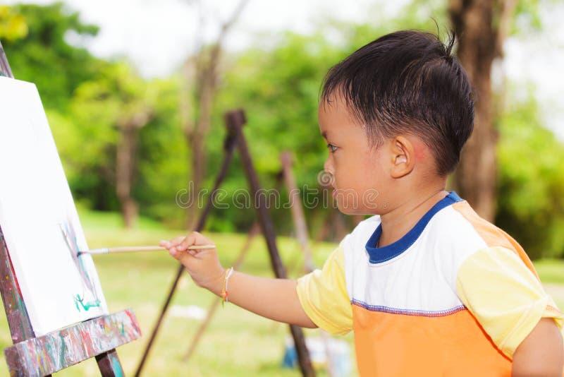 男孩绘画 免版税库存照片