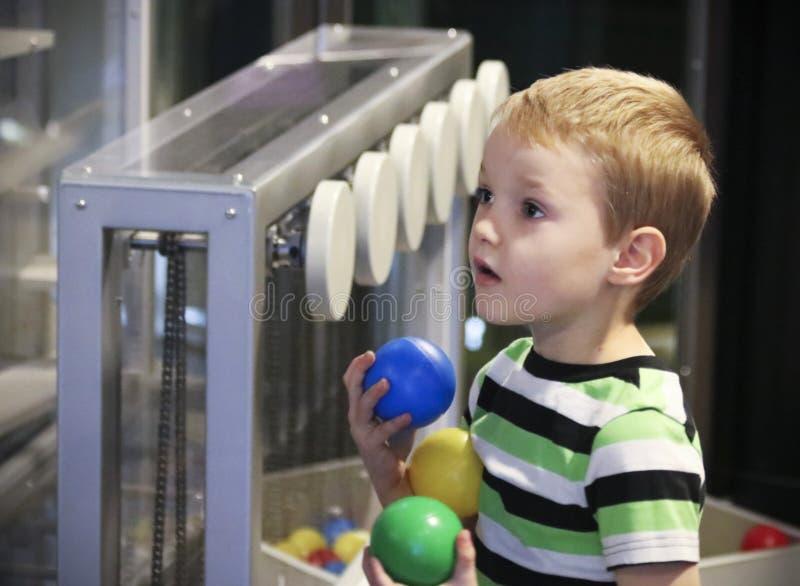 男孩` s神色在发现儿童` s博物馆的奇迹, Las v 免版税库存照片