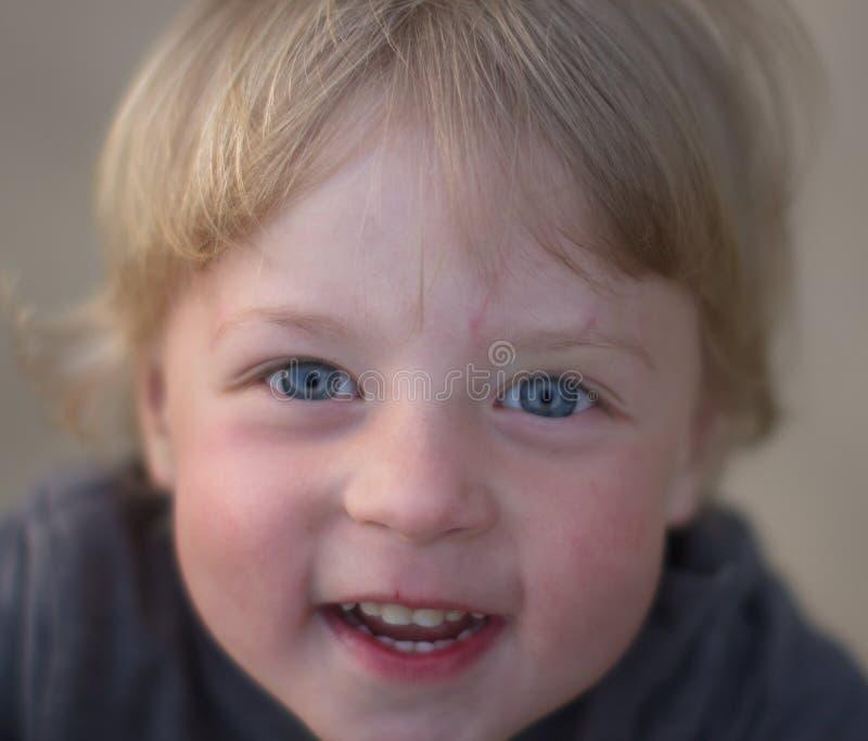 男孩` s面孔有被弄脏的背景 免版税库存图片