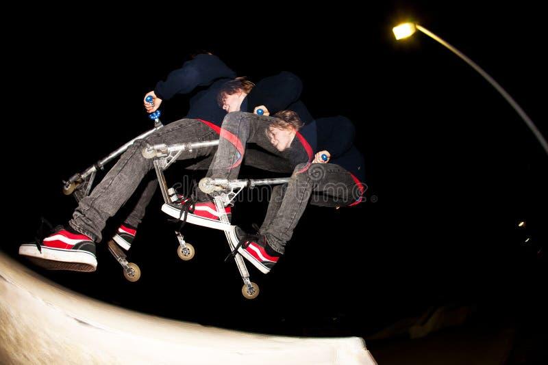 男孩parc滑行车冰鞋 免版税图库摄影