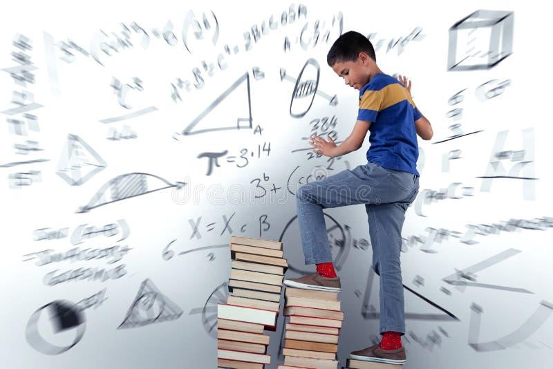 男小学生上升的堆的综合图象书 免版税图库摄影