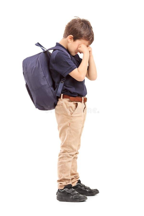男小学生哭泣的全长画象 免版税库存图片