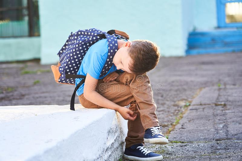 男小学生是沮丧的 r 第一秋天天 孩子不是在学校 无积极性没有朋友在新的学校 免版税图库摄影