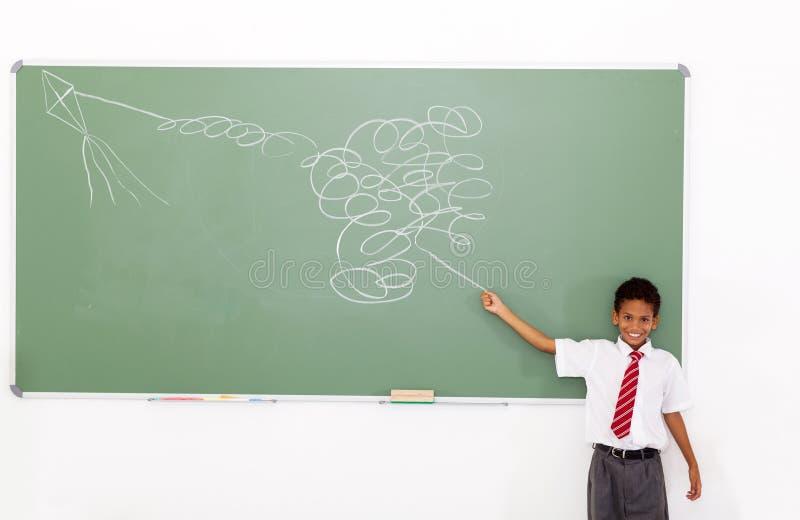 男小学生飞行风筝 库存图片