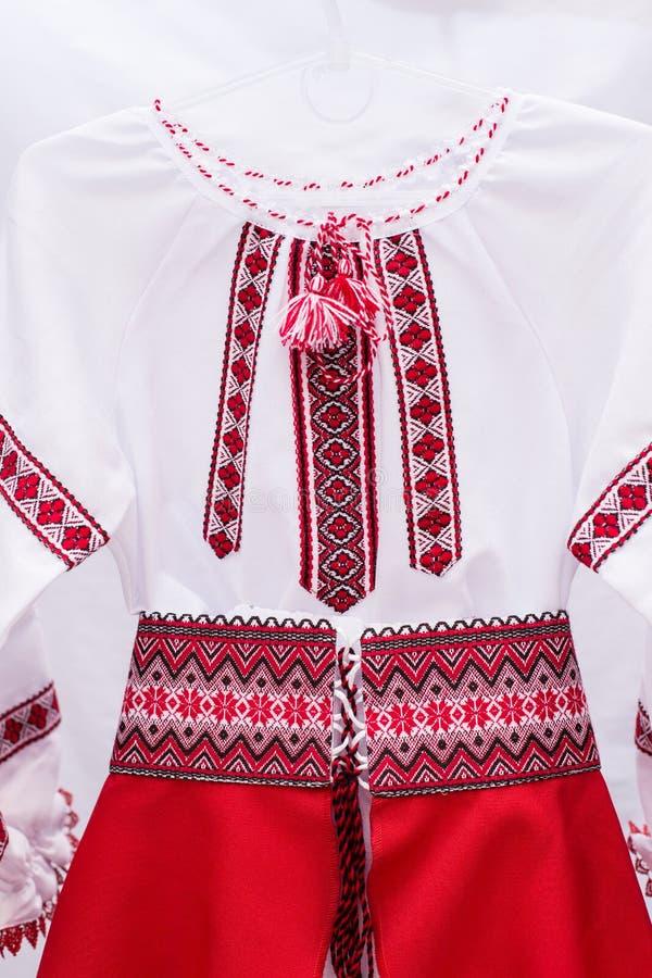 男式衬衫女性全国民间传说,一套民间服装乌克兰,隔绝在灰色白色背景 免版税库存照片