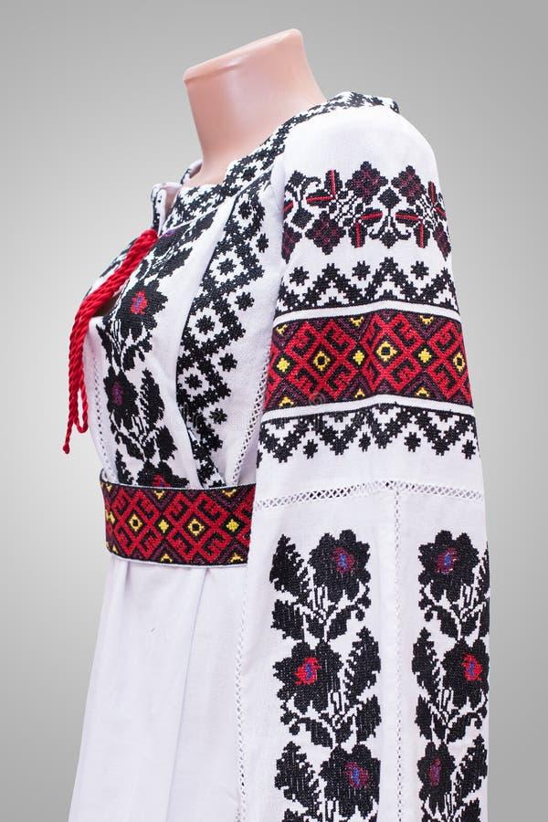 男式衬衫女性全国民间传说,在灰色白色背景的一套民间服装乌克兰, 免版税图库摄影