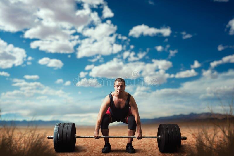 男性举重运动员准备采取重量 库存图片