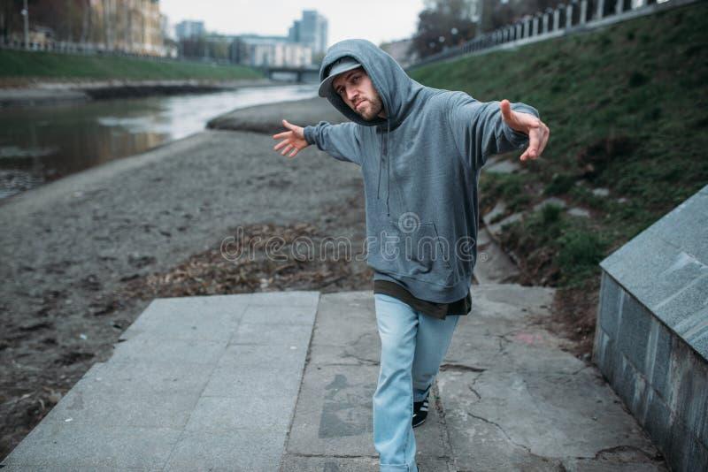 男性交谈者摆在街道上的,都市跳舞 图库摄影