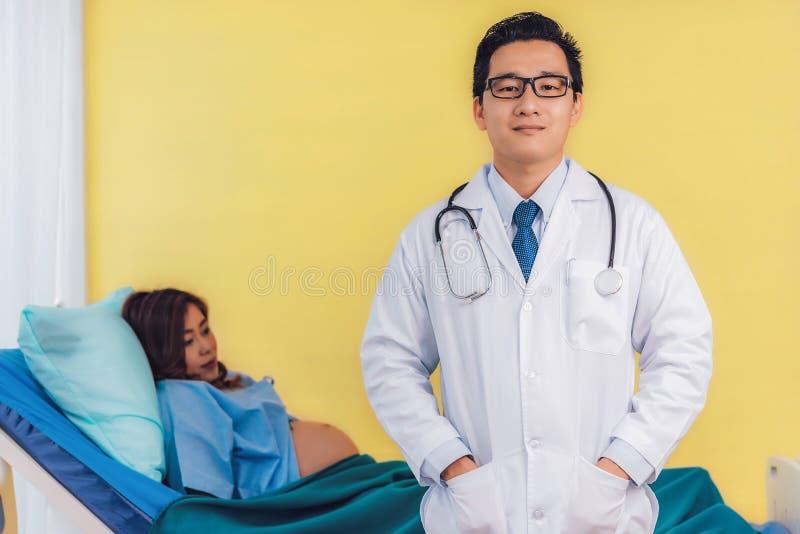 男性产科医生医生专家充满信心地和pregn 库存图片
