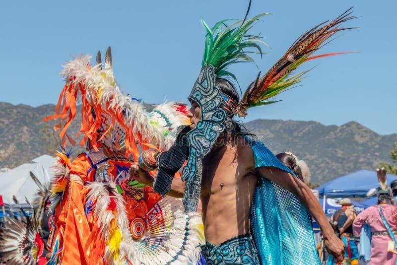 男性传统舞蹈家执行在议事会,马利布,加州 图库摄影