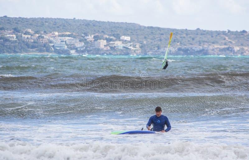 男性冲浪者需要在绿色波浪的一个秋天 库存图片