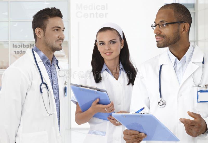 男性医生和护士 免版税库存照片