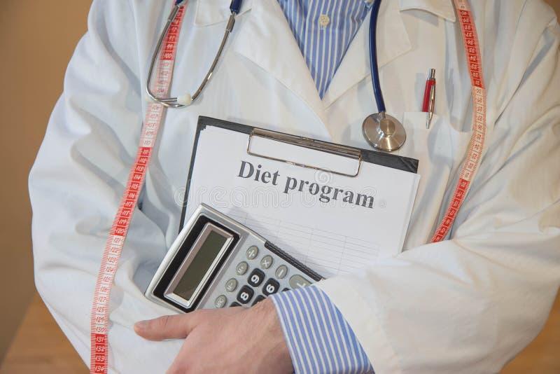 男性医生,营养师身分 低热值果子饮食 减重的饮食 免版税图库摄影