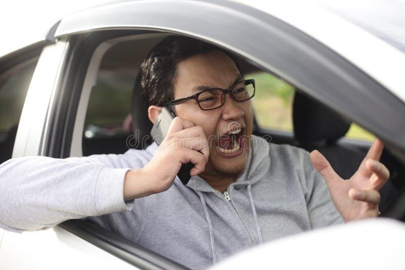 男性司机尖叫在电话 免版税库存图片