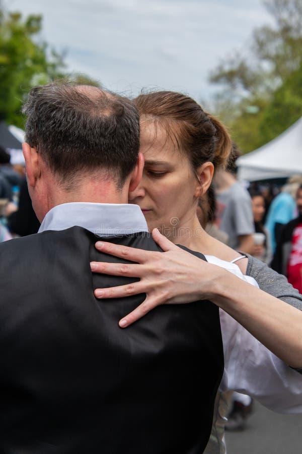 男性和女性夫妇展示严密地举行的一个肉欲的探戈舞蹈 库存照片