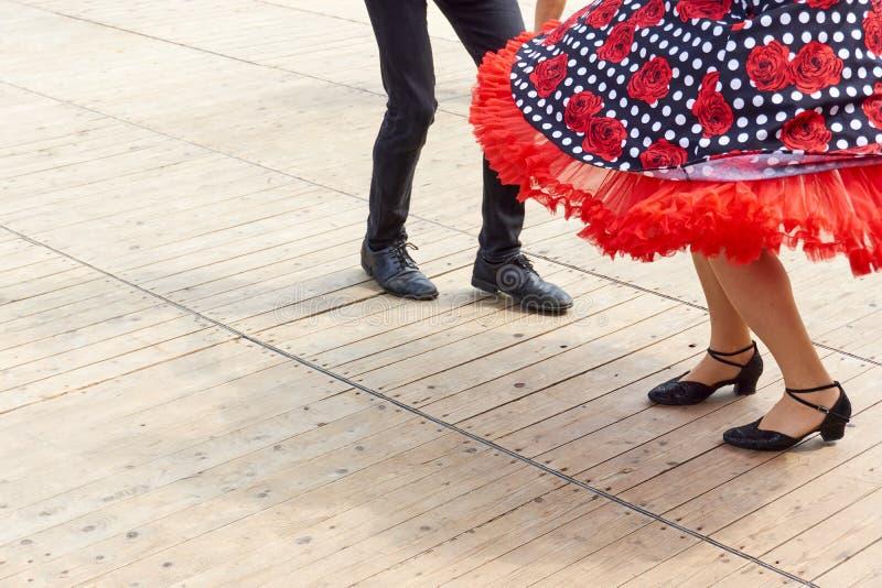 男性和女性岩石` n卷舞蹈家的腿在一个木地板上的 免版税库存图片