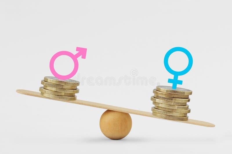 男性和女性标志在堆硬币在平衡等级-性别薪水差距概念 库存照片