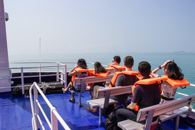 男性和女性游人采取旅行的轮渡乘驾在酸值Kood海岛,桐艾府放松 库存照片
