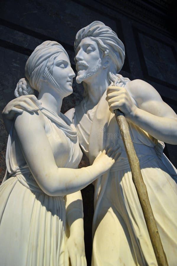 男性和女性白色雕象在艺术史博物馆 免版税库存图片