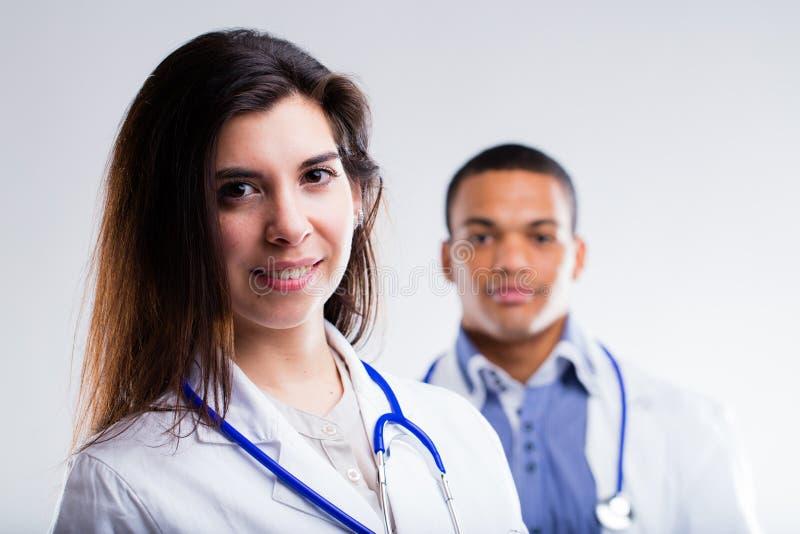 年轻男性和女性医生 库存照片