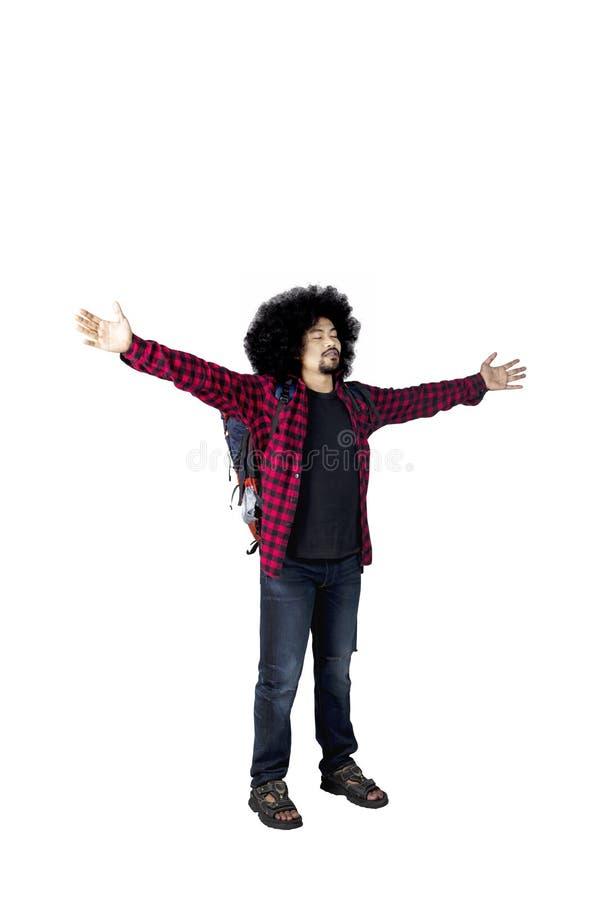 男性在演播室的远足者举的手 免版税图库摄影