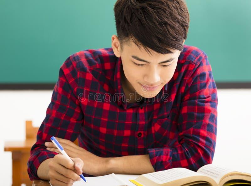 男性大学生研究在大学教室 免版税库存照片