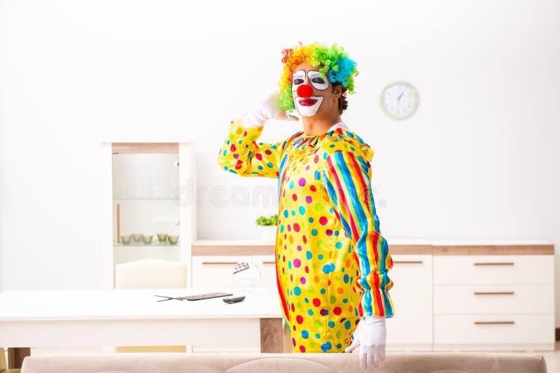 男性小丑在家为表现做准备 库存照片