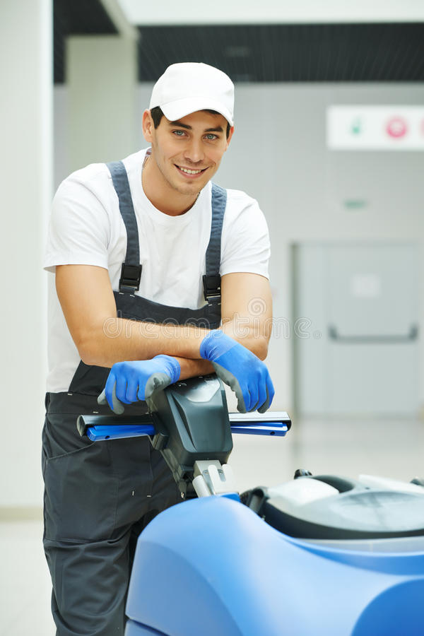 男性工作者清洁企业大厅 库存照片