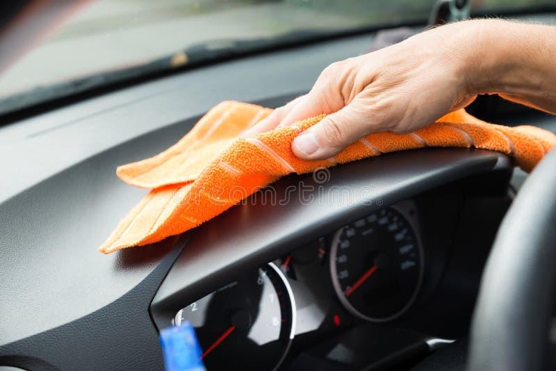 男性工作者清洁汽车仪表板 免版税库存照片