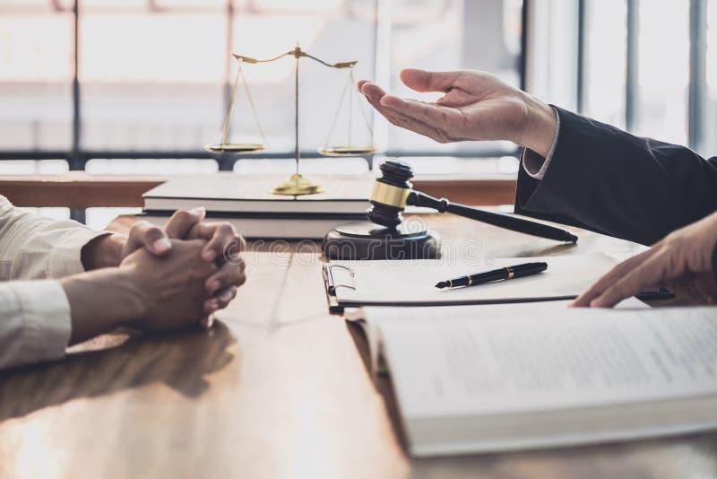 男性律师或法官与女实业家客户、法律和法律帮助概念咨询开队会议 库存图片