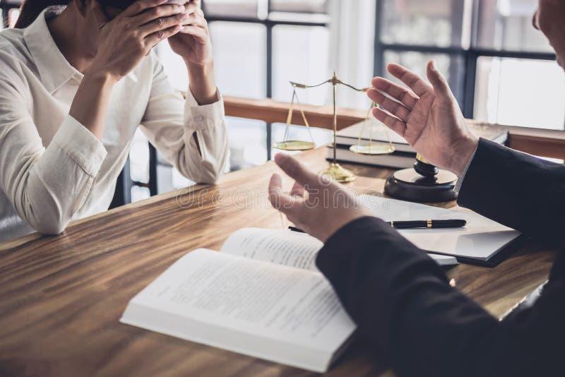 男性律师或法官与女实业家客户、法律和法律帮助概念咨询开队会议 免版税图库摄影