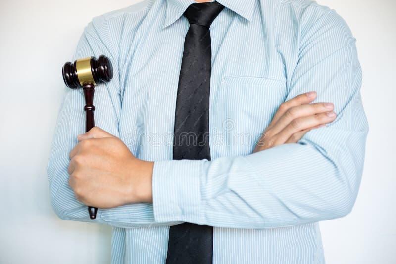 男性律师特写镜头有胳膊的横渡了常设前面backgrou 免版税图库摄影