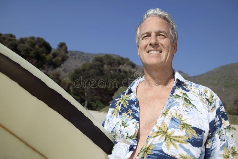 男性微笑的冲浪者 免版税库存图片