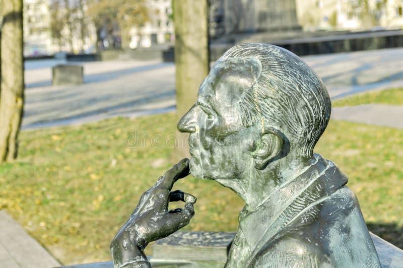 男性想法的古铜色雕象在公园,犹太博物馆华沙 库存照片