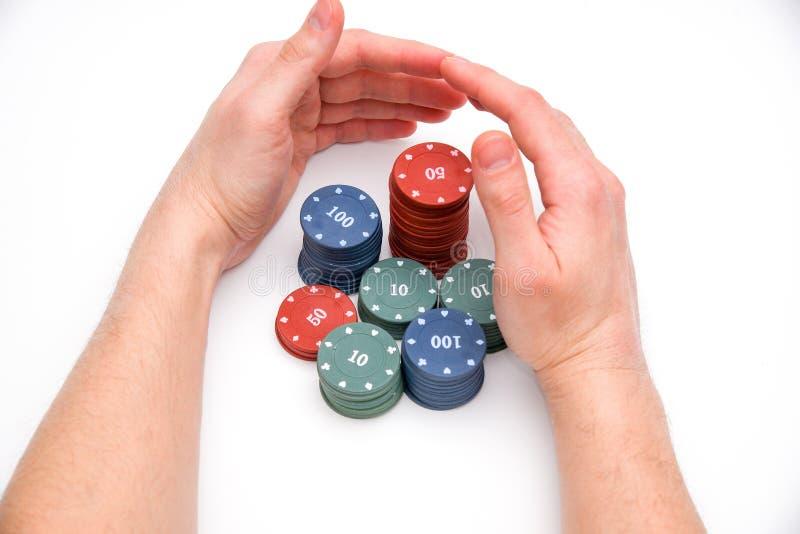 男性手保护赌博娱乐场芯片 免版税库存图片