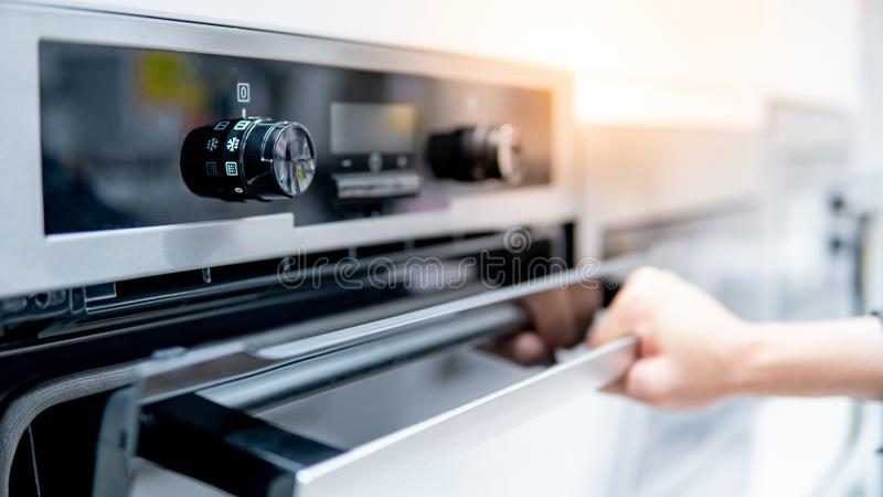 男性手开头烤箱门 库存照片