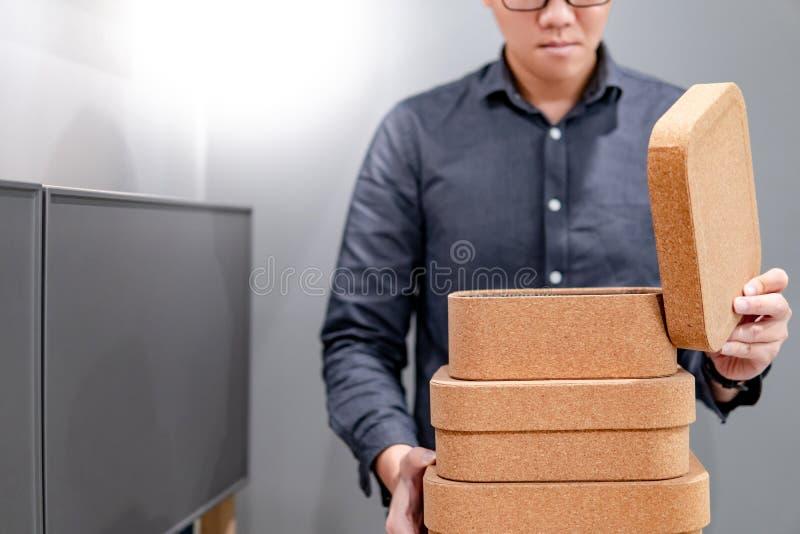 男性手打开的黄柏板箱子盒盖 库存照片