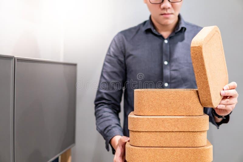 男性手打开的黄柏板箱子盒盖 图库摄影