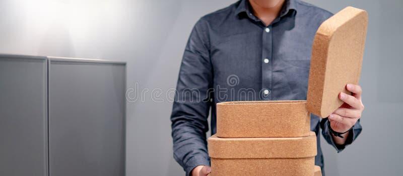 男性手打开的黄柏板箱子盒盖 免版税图库摄影
