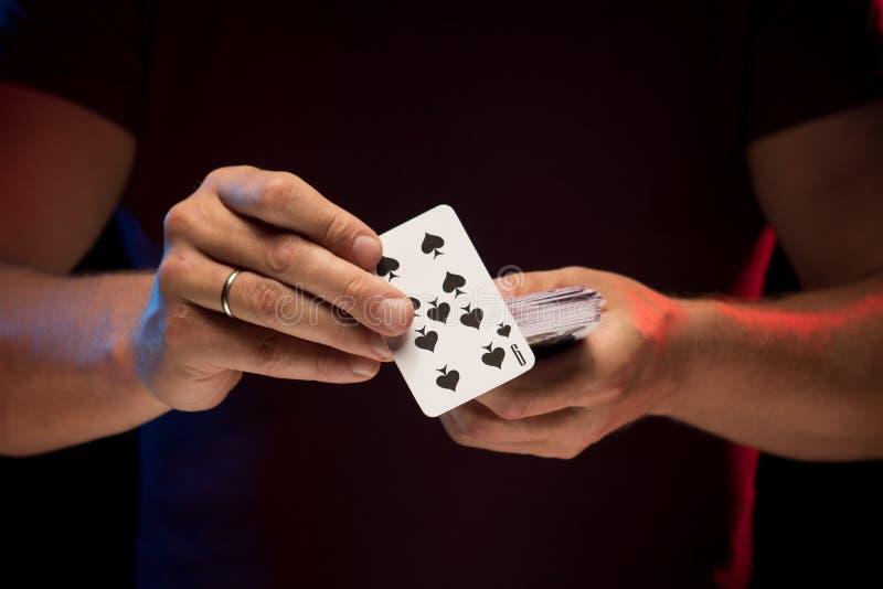 男性手拿着戏剧卡片甲板  免版税图库摄影