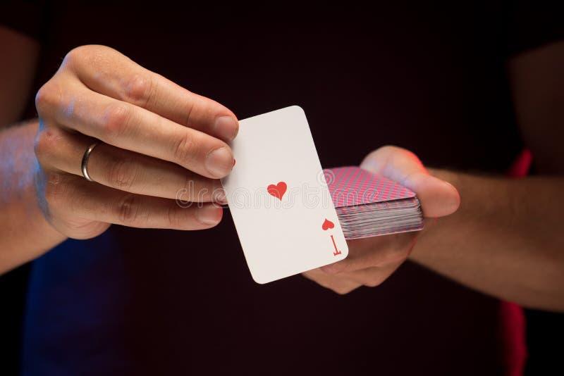 男性手拿着戏剧卡片甲板  库存照片