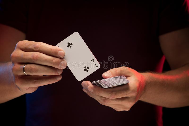 男性手拿着戏剧卡片甲板  免版税库存照片