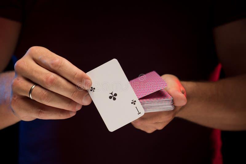 男性手拿着戏剧卡片甲板  免版税库存图片