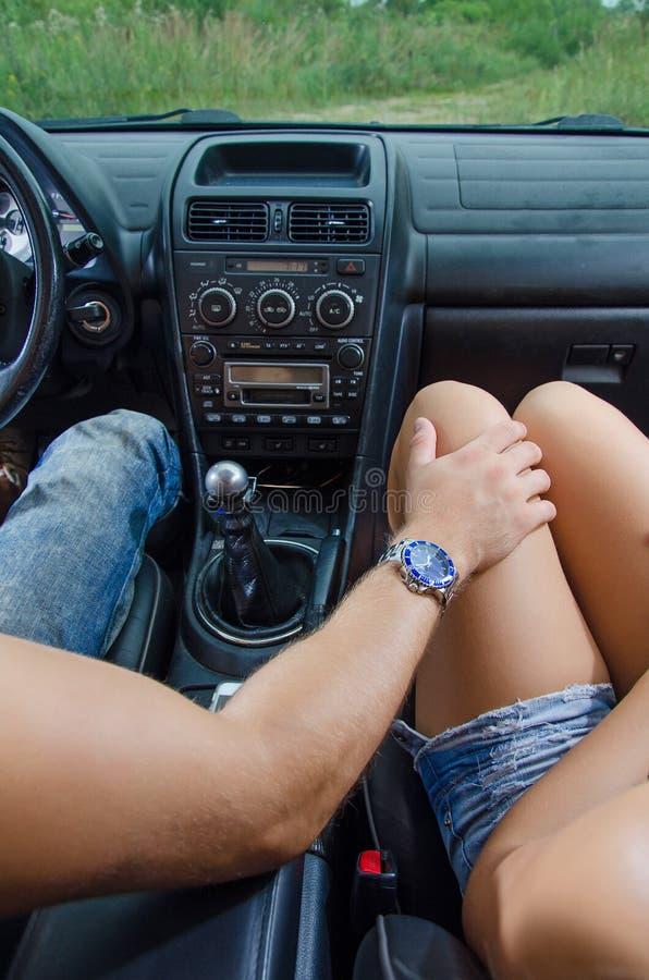 男性手接触女性膝盖 库存照片