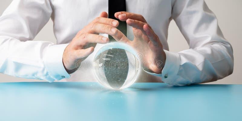 男性手正面图在防护姿态的在一个水晶球 库存照片