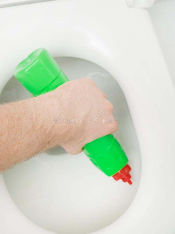 男性手清洁洗手间 库存图片