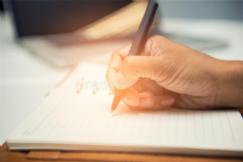 男性手特写镜头有做笔记的笔的在会议期间 免版税库存照片
