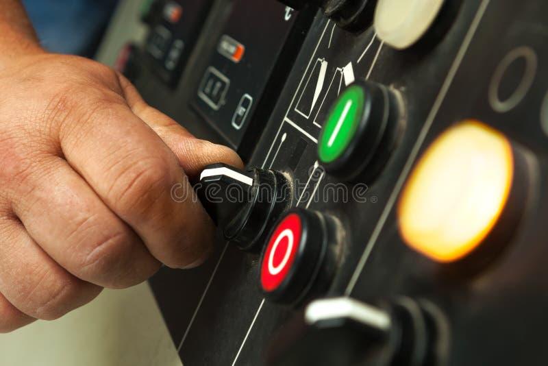 男性手运行的开关和按钮 免版税图库摄影