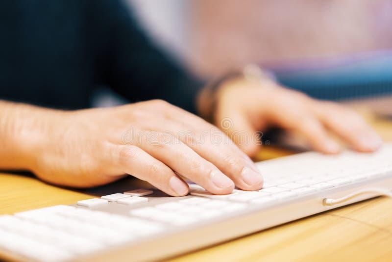 男性手Sideview使用键盘的 图库摄影